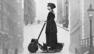 Florence Norman con un patinete a motor